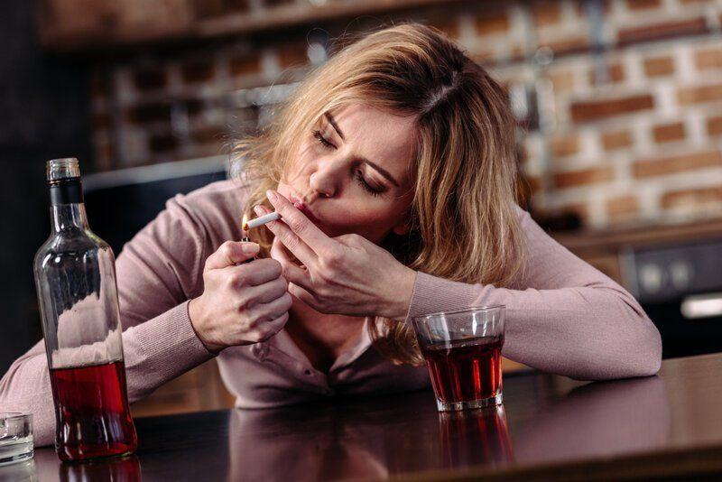 женщина пьет