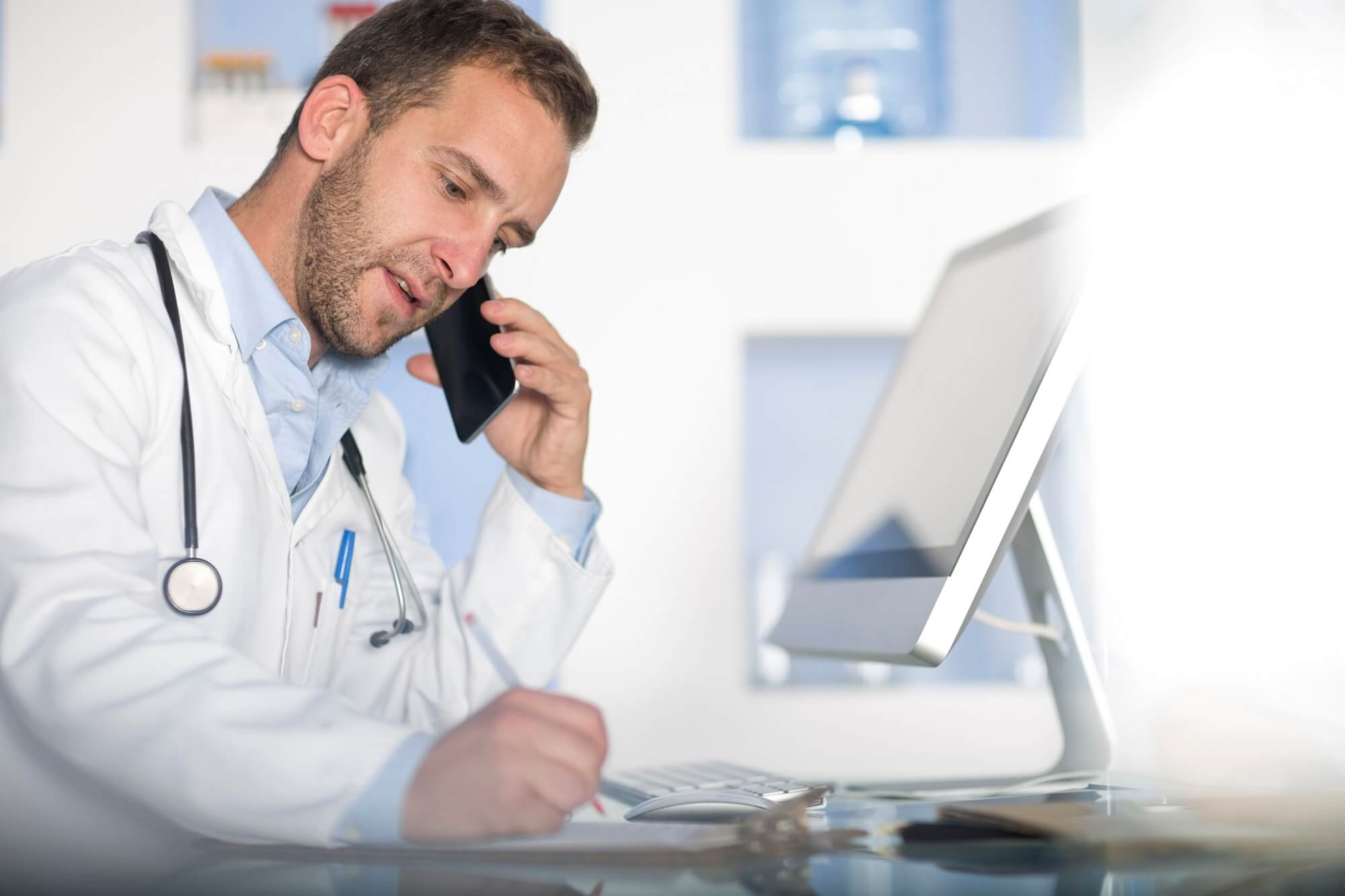 врач говорит по телефону